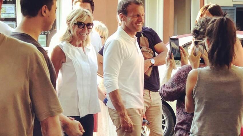 Photos – Brigitte et Emmanuel Macron en vacances : jean et baskets pour tous les deux !