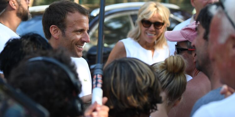 Photos - Le couple Macron prend un bain de foule