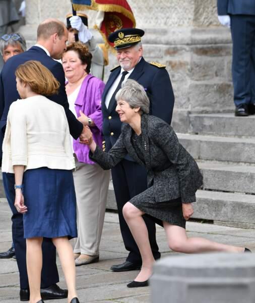 Theresa May moquée pour sa révérence au prince William