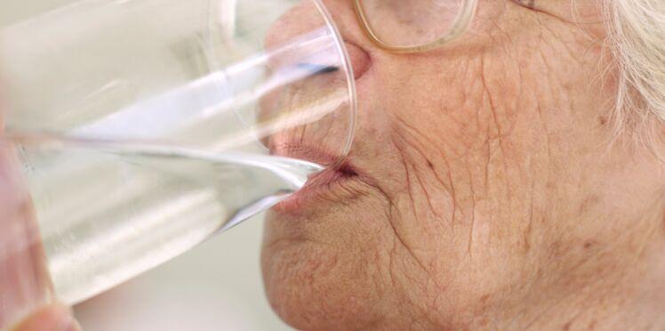 Canicule : un quart des personnes âgées reçues aux urgences avaient consommé trop d'eau