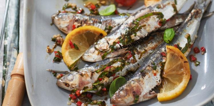 Assiette de sardines et petites tomates, avec l'huile vierge de colza