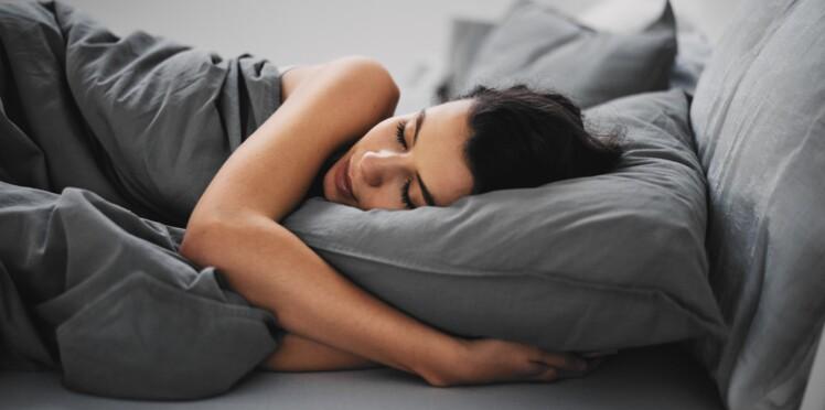 Sommeil : dormir du côté gauche du lit vous rendrait de meilleure humeur