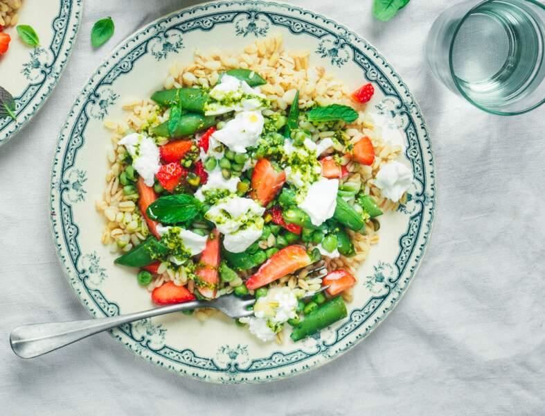 Salade de blé aux fraises, burrata et pesto de pistaches