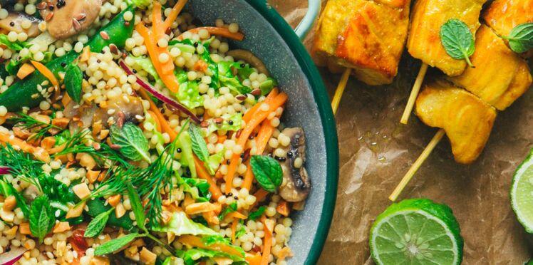 Brochettes de saumon sauce satay, wok de céréales aux légumes