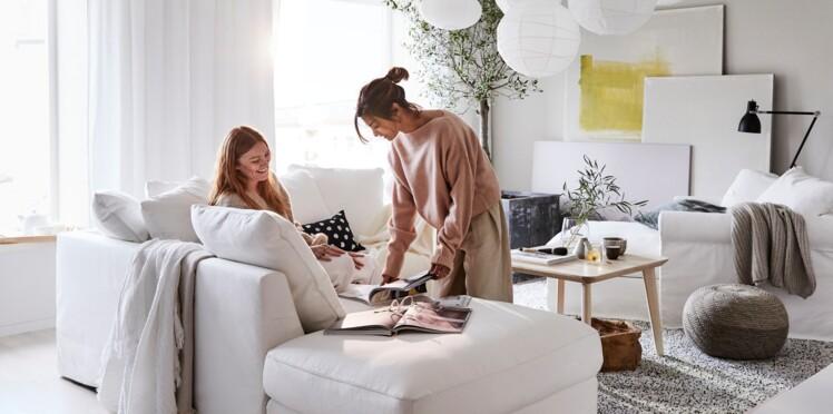Un salon blanc mais pas froid repéré dans le catalogue Ikea