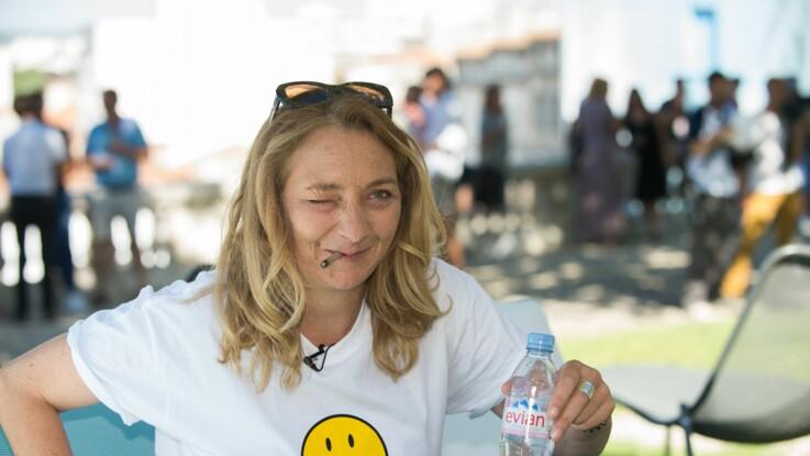 Corinne Masiero (Capitaine Marleau) soulève son t-shirt en plein festival d'Angoulême