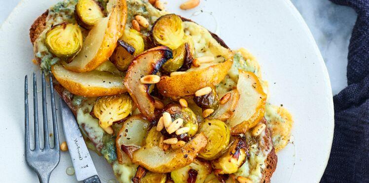 Tartine de gorgonzola, petits choux et poires rôtis