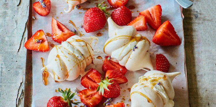 Macarons meringués et salade de fraises à la lavande