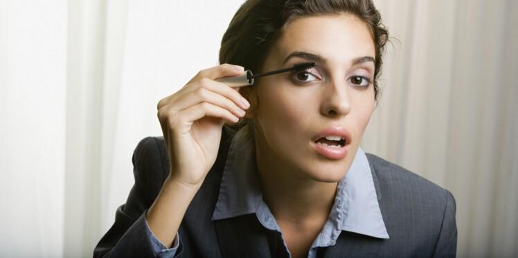 Pourquoi ouvre-t-on toujours la bouche lorsque l'on applique son mascara ?