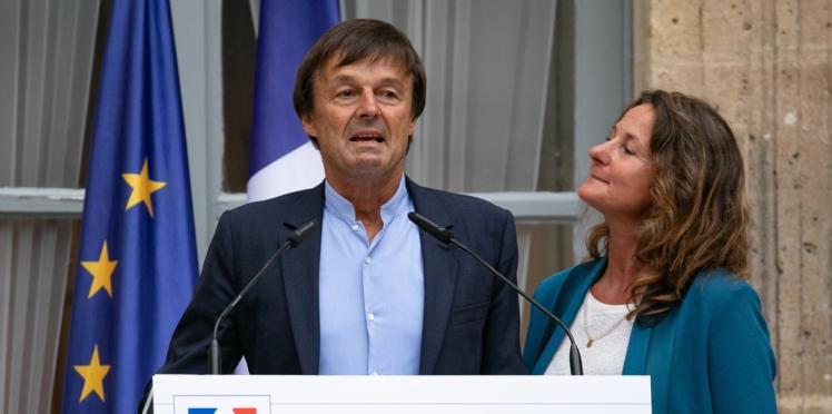 Les larmes de Nicolas Hulot et l'émotion de sa femme Florence Lasserre à la passation de pouvoir