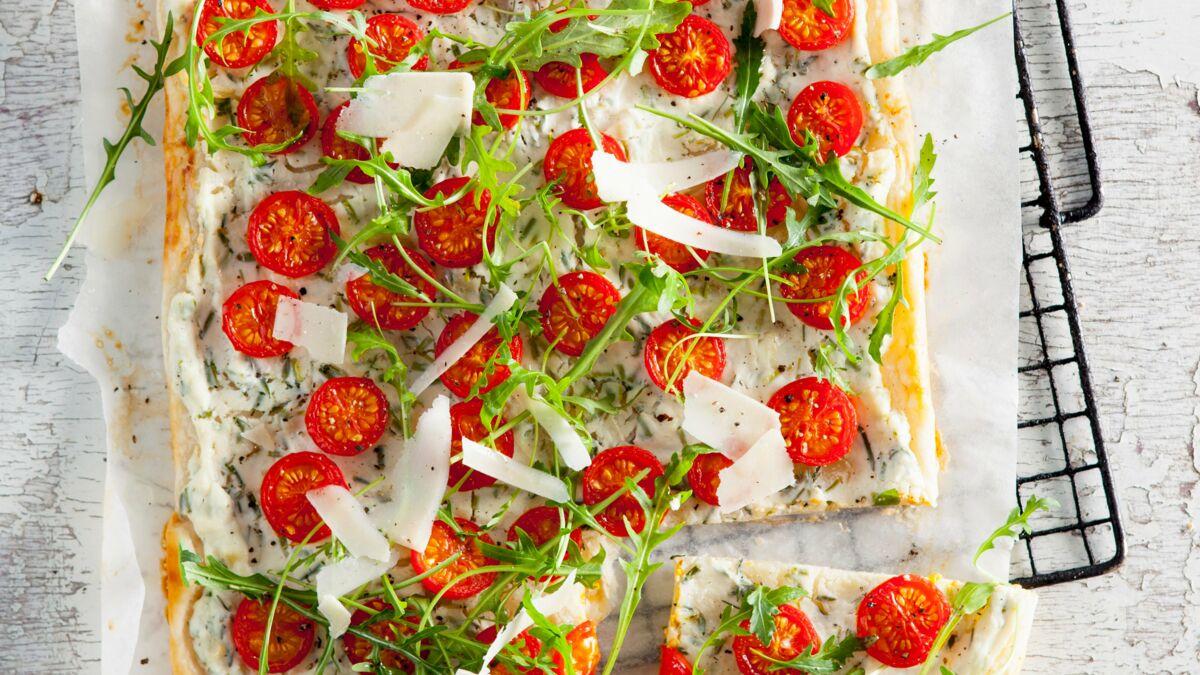 Tarte feuilletée à la ricotta, tomates et roquette