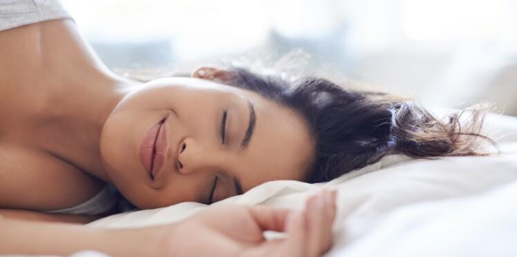 Faut-il se démaquiller avant de faire une sieste ?