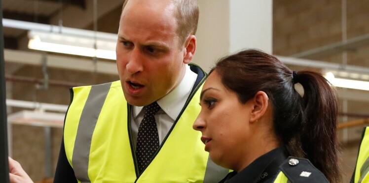 Photos – Le prince William en visite dans un aéroport : il découvre le cannabis, la cocaïne et autres produits illicites