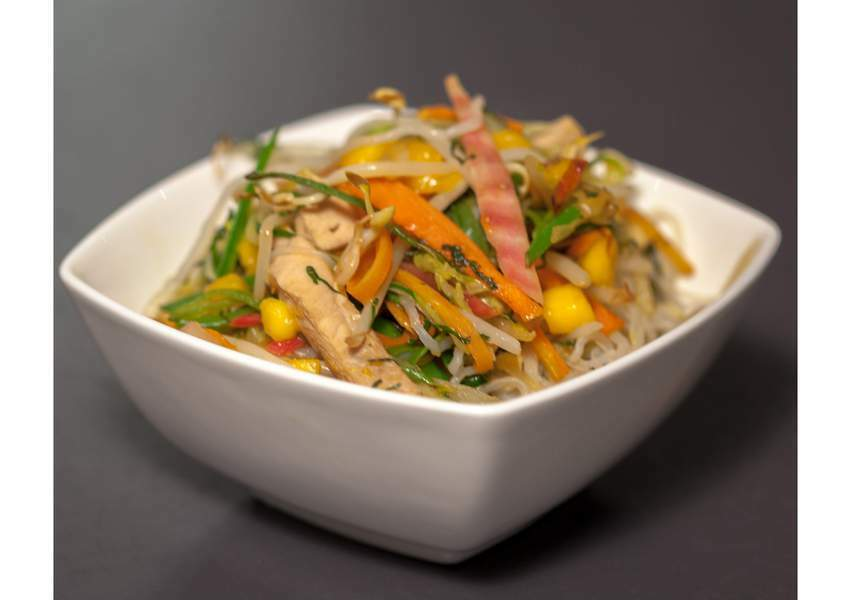 Wok de shirataki de konjac aux petits légumes et volaille marinée au soja