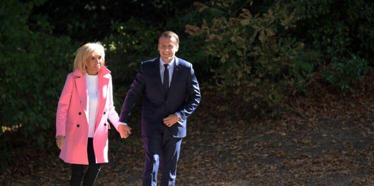 Photos - Brigitte Macron ose le manteau rose en balade avec le président