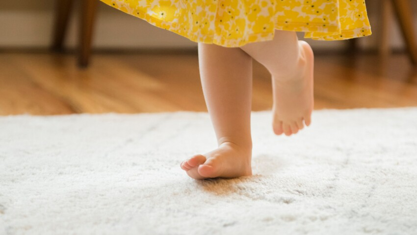 Motricité : pas de chaussures pour les bébés qui doivent marcher pieds nus