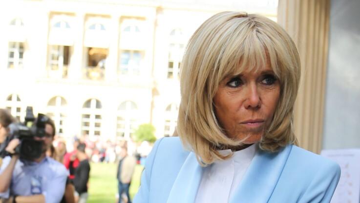 Brigitte Macron ultra-chic en blazer bleu ciel, slim noir et bottines tendance