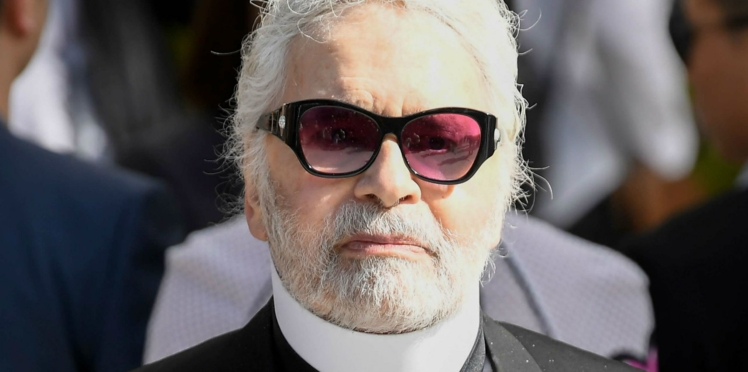 Photo - Karl Lagerfeld, affichant quelques kilos en plus, pose sans lunettes