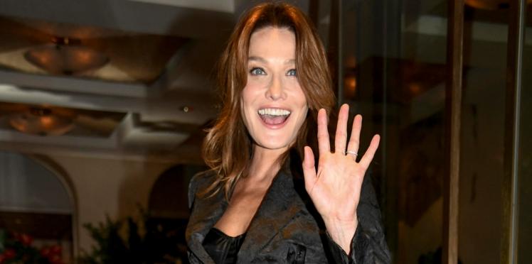 PHOTOS - Carla Bruni-Sarkozy : mannequin star et toujours aussi canon à 50 ans sur le podium de Dolce & Gabbana