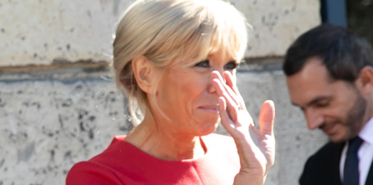 PHOTOS - Brigitte Macron : son look ultra-chic en petite robe rouge