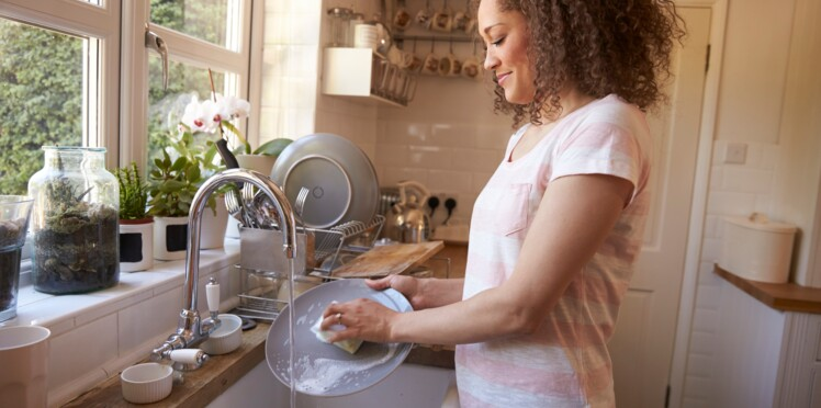 5 erreurs que l'on fait toutes en nettoyant notre vaisselle à la main