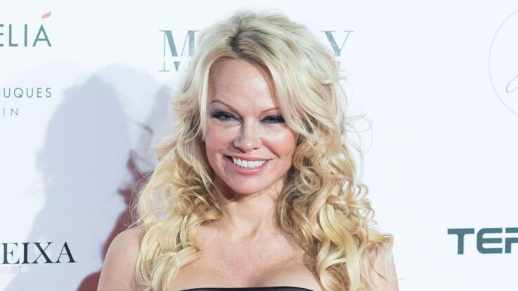 Pamela Anderson : un look inhabituel qui lui va si bien, au défilé Chanel