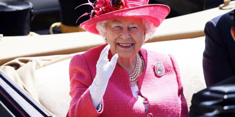 Elizabeth II : sa fille Anne révèle que la reine d'Angleterre a une fausse main gantée pour saluer la foule