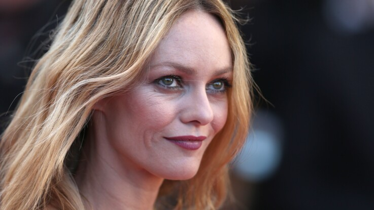 Make-up nude, carré wavy...Vanessa Paradis radieuse au défilé Chanel