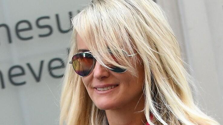 PHOTOS - Laeticia Hallyday : elle ose une tenue ultra-flashy et multiplie les clins d'oeils à son mari Johnny