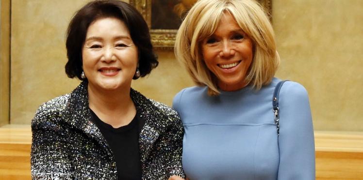 Photos – Brigitte Macron dévoile ses épaules musclées dans une robe du soir ultra élégante