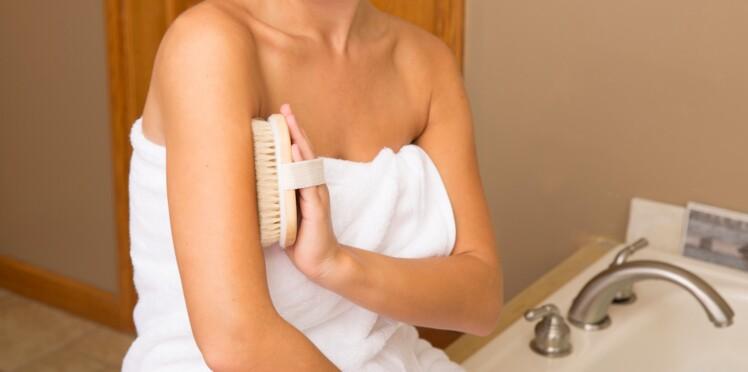 Anti-cellulite, énergisant : les nombreuses vertus du brossage à sec de la peau