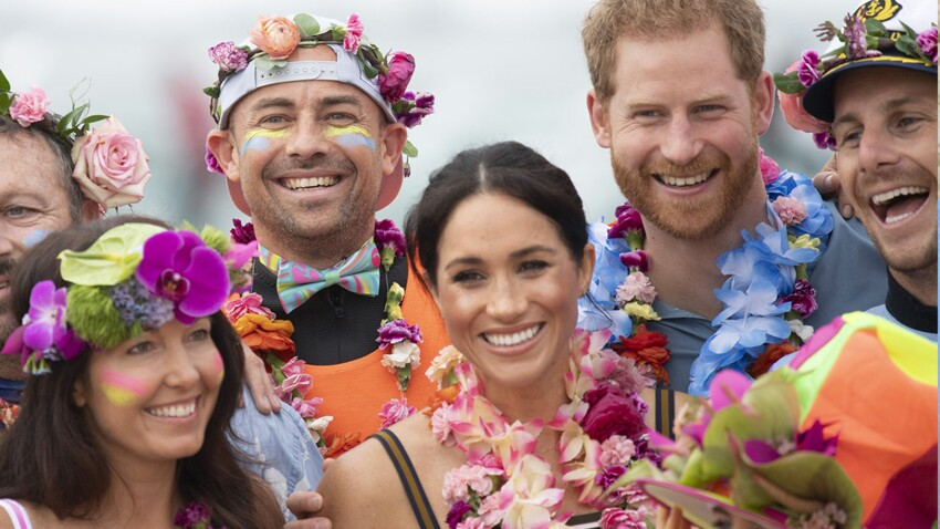PHOTOS - Meghan Markle : en colliers de fleurs et robe d'été, elle s'éclate à la plage en Australie