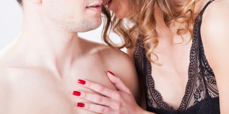 « Dirty talk » : 15 phrases excitantes à lui murmurer au lit