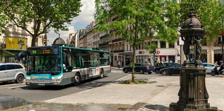 Un chauffeur évacue son bus pour faire monter une personne handicapée