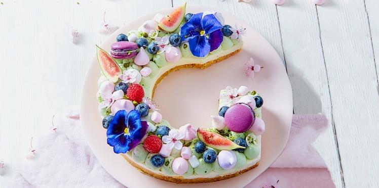 Alphabet cake aux fruits rouges et fleurs comestibles