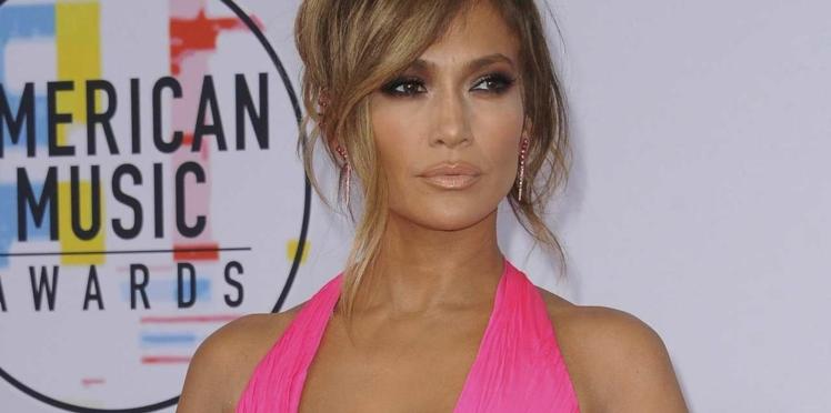 Photos – À 49 ans, Jennifer Lopez affiche un corps parfait en maillot de bain très échancré