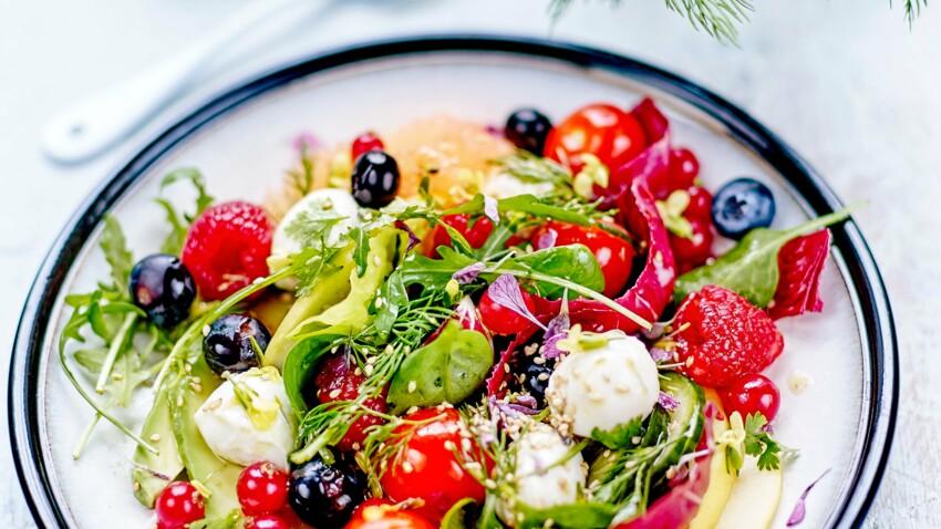 Tomate-mozzarella à l'avocat et aux fruits rouges