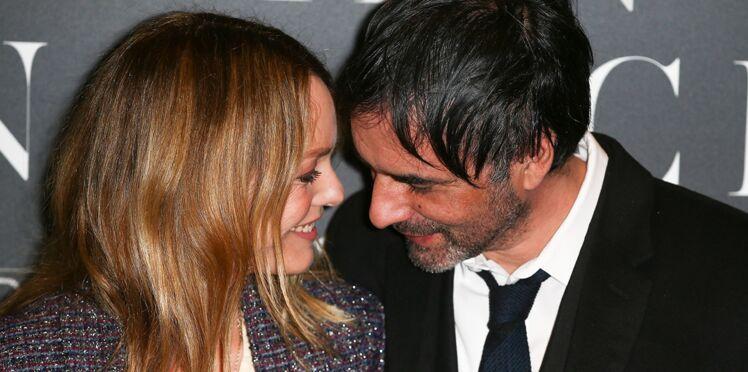 """Vanessa Paradis : elle glisse un """"je t'aime"""" à son mari, Samuel Benchetrit, dans son nouveau clip"""