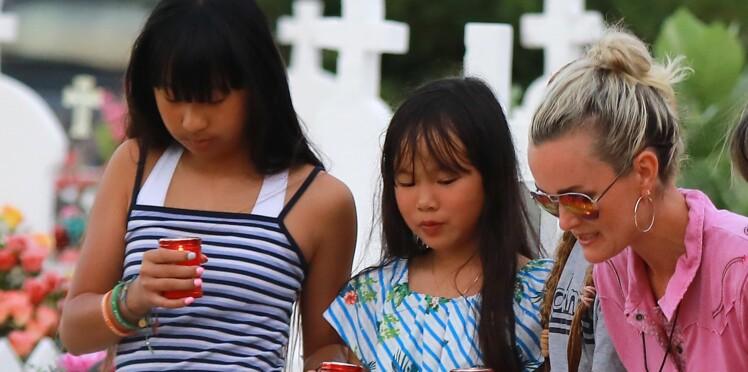 Vidéo - Laeticia Hallyday émue aux larmes, chante sur la tombe de Johnny avec ses filles Jade et Joy