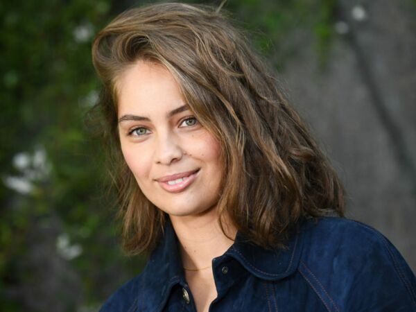 Marie-Ange Casta encore plus sexy que sa sœur Laetitia dans une robe  bustier en 35599989e8e