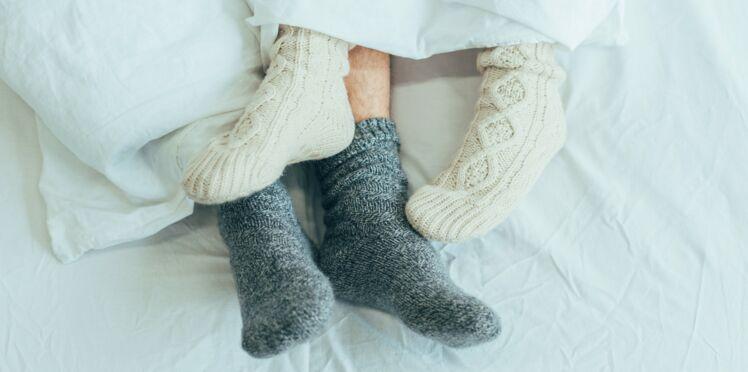 Porter des chaussettes la nuit pour mieux dormir : bonne ou mauvaise idée ?