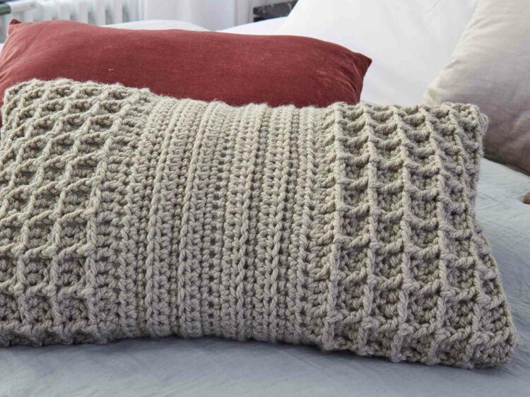 crochet gratuit le coussin au point gaufr femme actuelle le mag. Black Bedroom Furniture Sets. Home Design Ideas