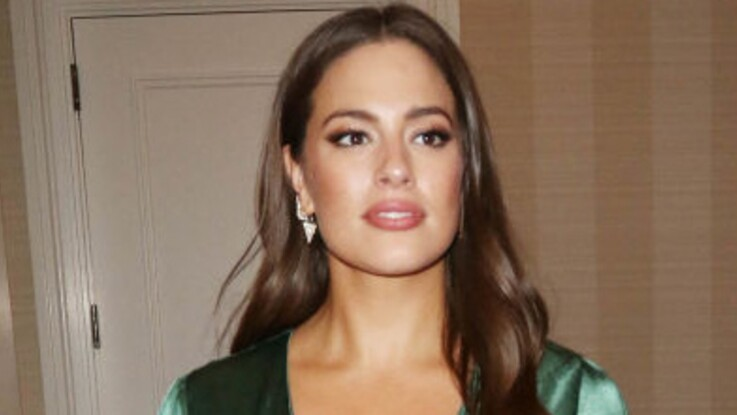Photos - Mode ronde : Ashley Graham, mannequin plus size, ose le crop top et le pantalon fluo (sublime !)