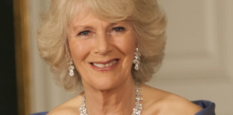 """Camilla Parker Bowles : une amie d'enfance balance sur l'épouse du prince Charles, """"un vrai aimant à garçons"""""""