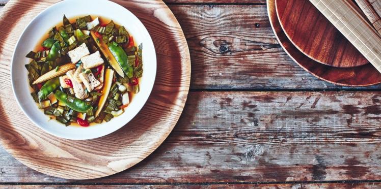Soupe au tofu frit et petits légumes