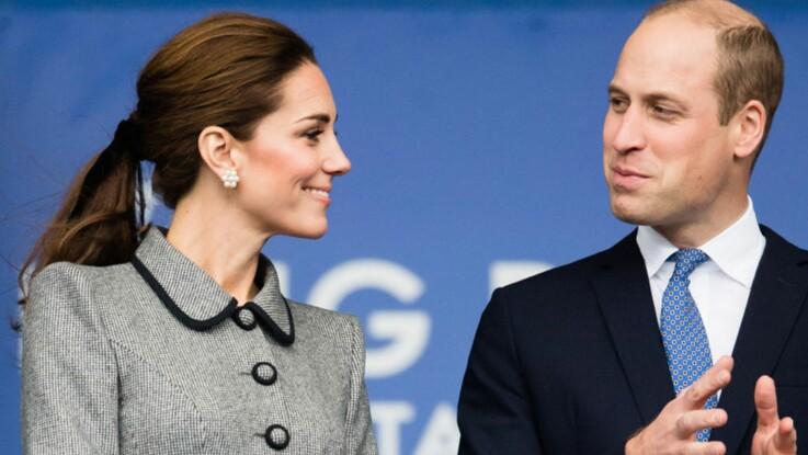 Photos - Kate Middleton, sobre et élégante dans une robe manteau gris souris