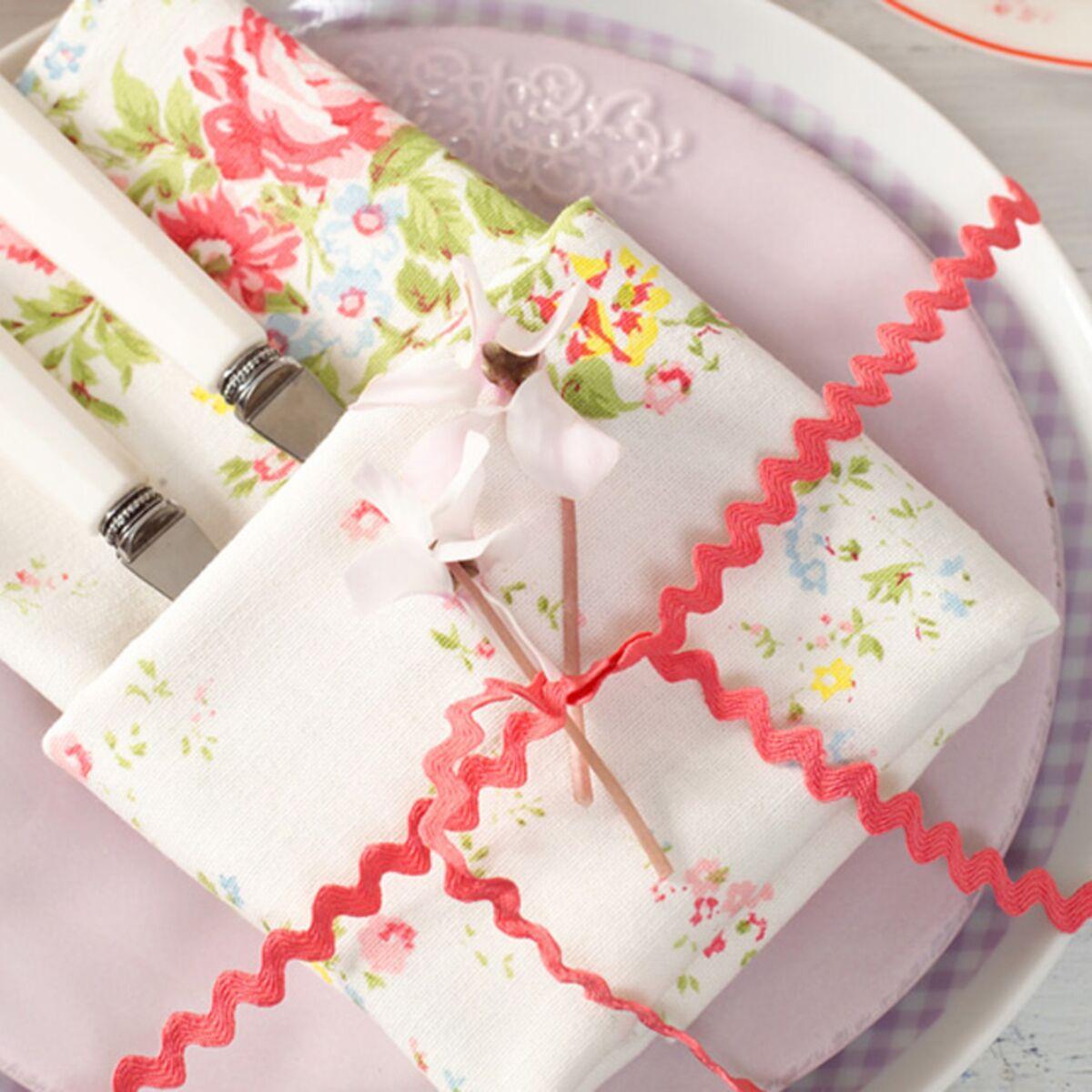Pliage Serviette Papier Avec Couverts comment réaliser un pliage de serviette porte-couvert