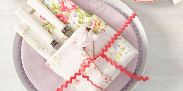 Comment réaliser un pliage de serviette porte-couvert ?