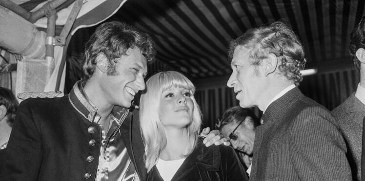 """Sylvie Vartan se livre avec émotion sur sa relation avec Johnny Hallyday, son """"premier amour"""""""