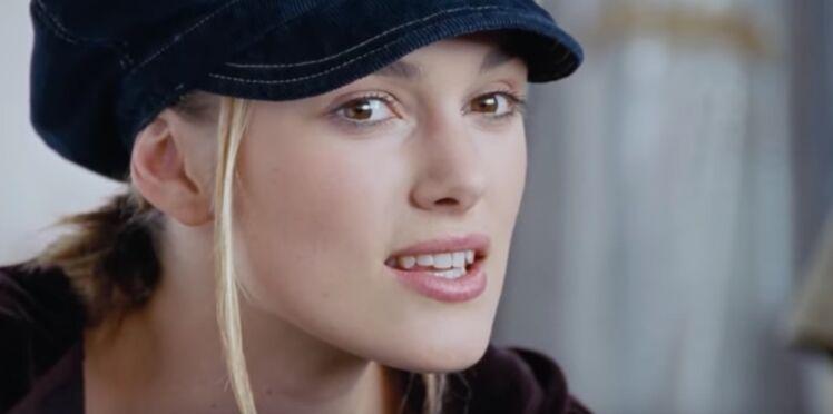 Love Actually : la raison un peu gênante pour laquelle Keira Knightley porte une casquette dans cette scène culte